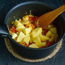 Когда овощи станут мягкими, добавляем картофель