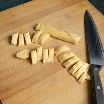Нарезаем тесто ножом на фрагменты шириной чуть меньше сантиметра