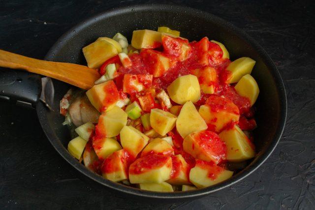 Измельчаем помидоры и добавляем томатное пюре в кастрюлю