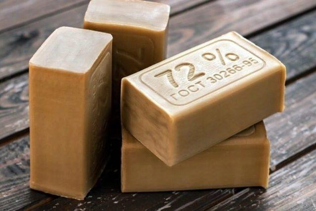 Для приготовления мыльного раствора лучше использовать простое хозяйственное мыло