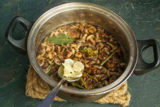 Отвариваем грибы, добавив чеснок