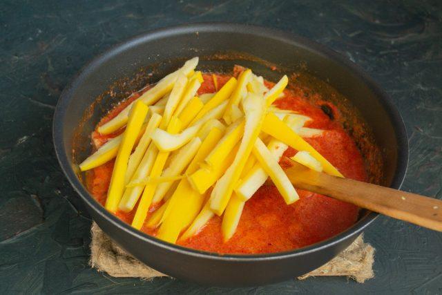 Готовим соус вместе с кабачками