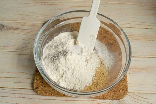 Смешиваем в миске цельнозерновую ржаную муку, пшеничную муку и разрыхлитель теста