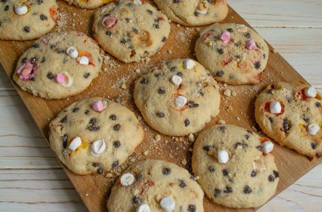 Вкусное домашнее печенье с шоколадом и зефиром готово