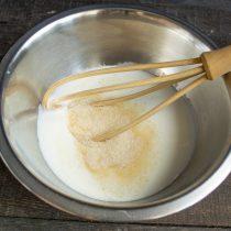 смешиваем простоквашу, тростниковый сахар и щепотку соли