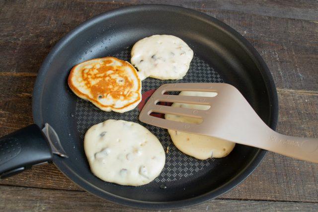 Выкладываем столовой ложкой тесто на разогретую сковородку, жарим с двух сторон