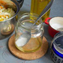 Насыпаем сахарный песок и поваренную соль
