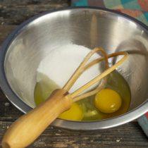 Смешиваем в миске свежие куриные яйца и сахар, добавляем щепотку соли