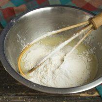 Пекарский порошок смешиваем с мукой, просеиваем в миску