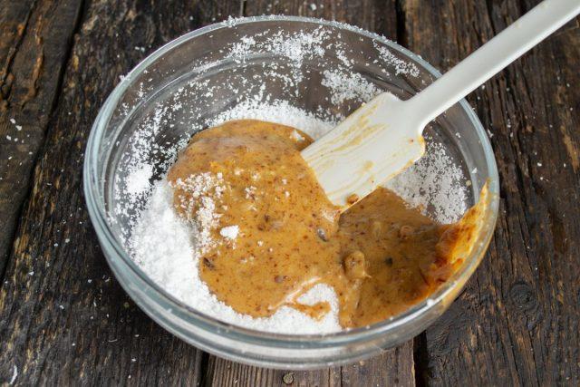 Вливаем мёд и размягченное масло, добавляем измельченные ингредиенты к стружке