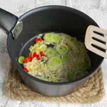 Обжариваем чеснок, имбирь и чили, добавляем лук-порей