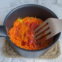 Добавляем томаты и насыпаем молотую сладкую паприку