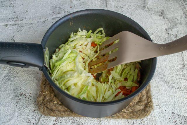Кладём шинкованную белокочанную капусту