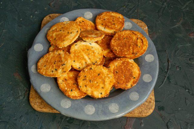 Хрустящее печенье с кунжутом готово