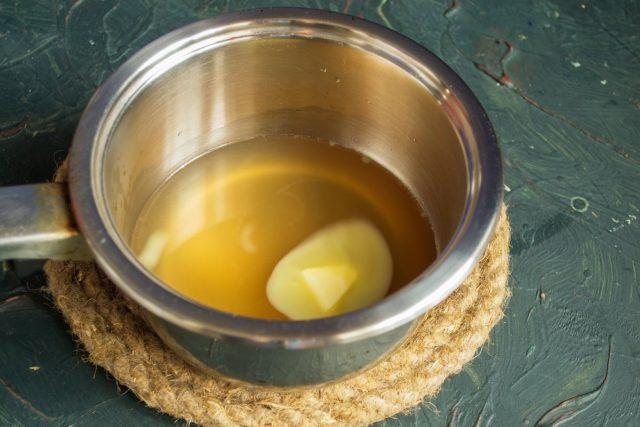 В горячий бульон кладём кусочек сливочного масла, нагреваем до кипения