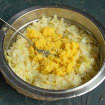 К измельченной капусте добавляем кукурузную кашу