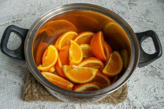 Нарезаем апельсины и заливаем кипятком