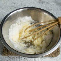 Размягченное сливочное масло взбиваем с сахаром и щепоткой соли