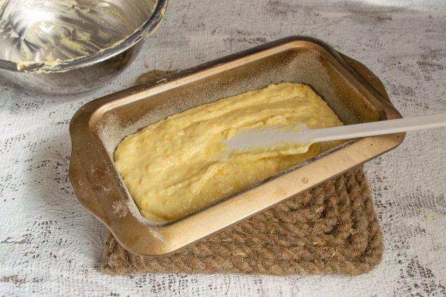 В обработанную форму выкладываем тесто и отправляем в духовой шкаф