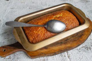 Поливаем пирог сиропом, достаём из формы