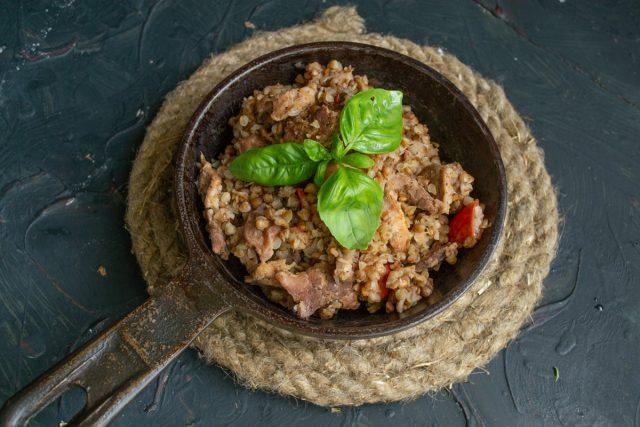 Пряная диетическая гречка с мясом на сковороде готова