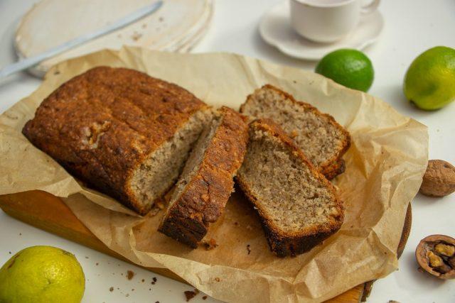 Сладкий банановый хлеб без яиц с грецкими орехами и лаймом