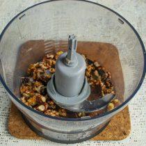 Подготовленные грецкие орехи измельчаем в блендере