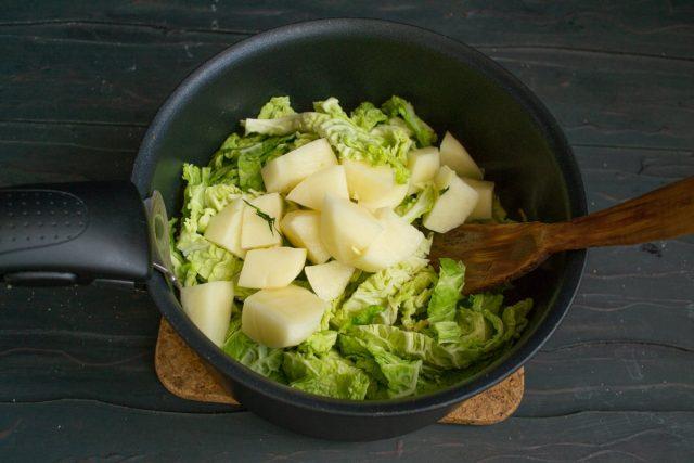 Кладём в кастрюлю картофель