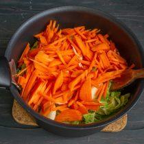 Добавляем измельченную морковь