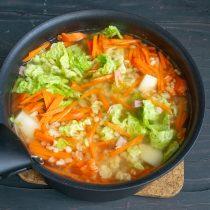 Насыпаем булгур, наливаем горячую воду и доводим суп до кипения