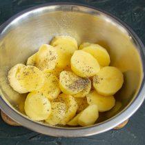 Промываем картофель, солим и перчим