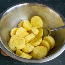 Тщательно перемешиваем масло с картошкой