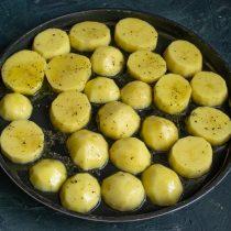 Выкладываем картофель в один слой на противень