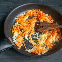 Добавляем морковь к луку, перемешиваем