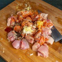 Натираем имбирь и чеснок на мелкой тёрке, приправляем мясо