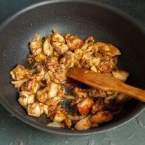 Готовим мясо с луком, вливаем уксус и выпариваем