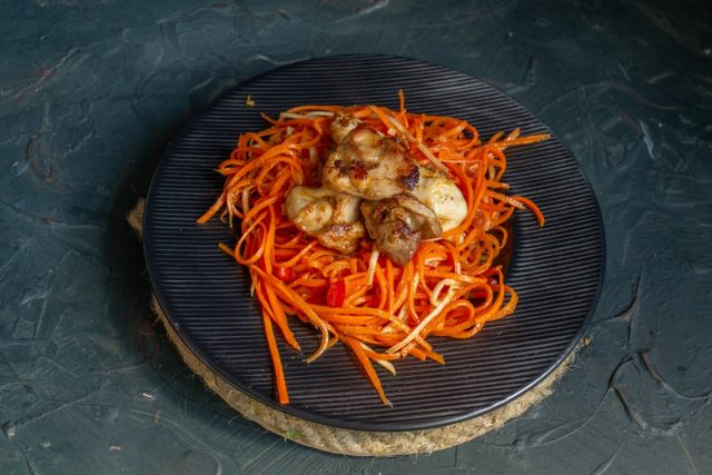 Выкладываем на тарелку овощи и курицу