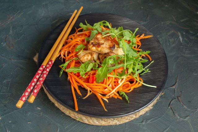 Тёплый салат с курицей, морковью и сельдереем готов