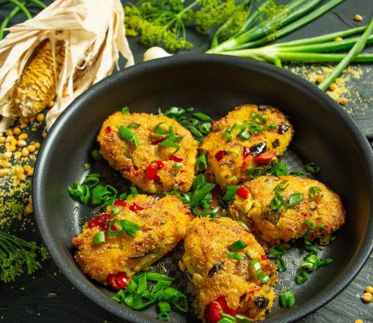 Вегетарианские котлеты с полентой и овощами