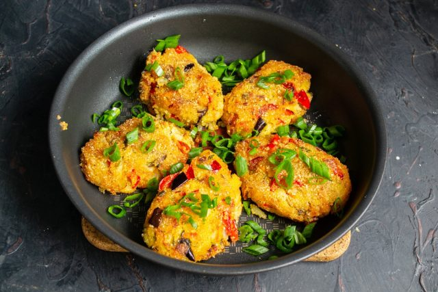 Вегетарианские котлеты с полентой и овощами готовы