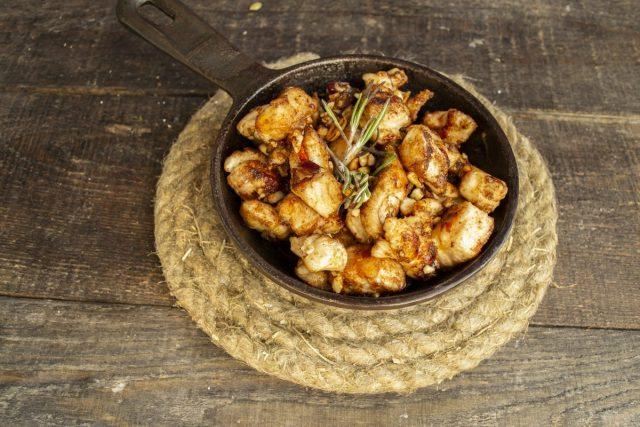 Жареная курица по-мароккански готова