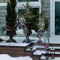 Снеговики из гирлянды радуются наступающему празднику