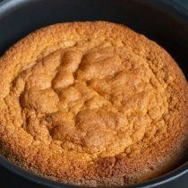Выкладываем тесто в форму и отправляем в нагретую духовку