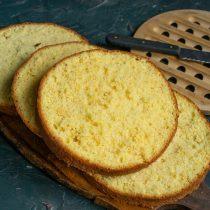 Разрезаем остывший бисквит на четыре части