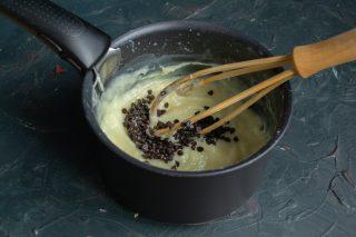 Отделяем 1/3 крема, добавляем горький шоколад и перемешиваем