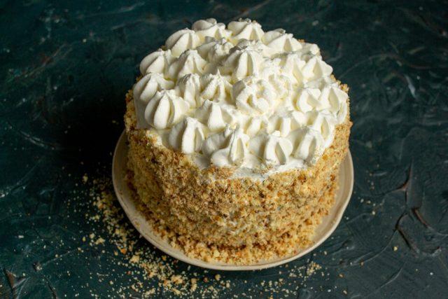 Обмазываем верх и бока торта, украшаем