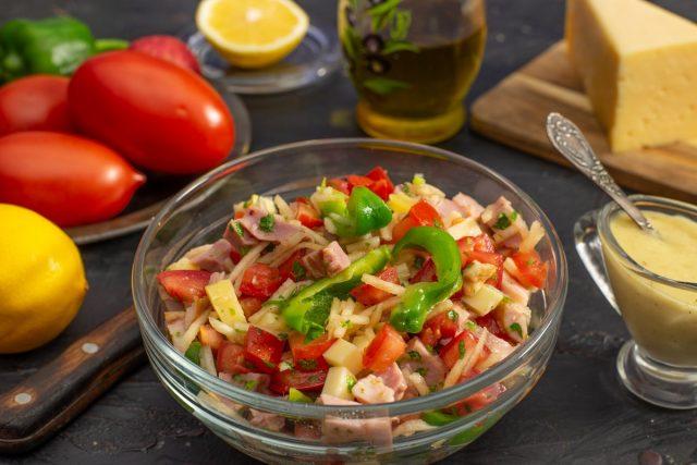 Быстрый салат с ветчиной, помидорами, сыром и домашним лимонным майонезом