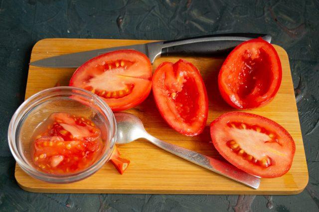 Подготавливаем мякоть помидоров