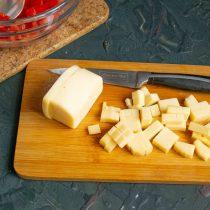 Нарезанный сыр добавляем к помидорам