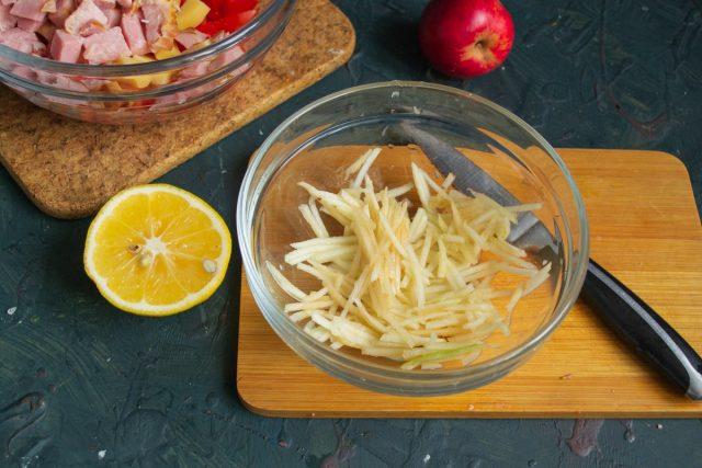 Нарезаем яблоко, поливаем лимонным соком и добавляем в салатник